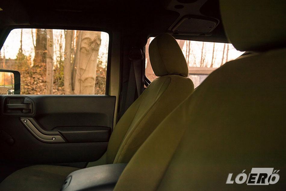 Az utastérben az üléskárpitot cserélték zöldes színűre, de gondolván az esetleges mindennapos használatra a zsákvászon helyett inkább plüss jellegű huzatot kapott a Jeep Wrangler Willys.