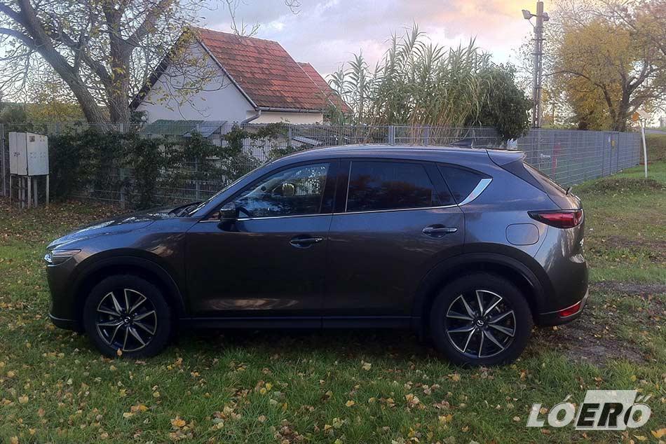A Mazda CX-5 2.0 teszt alatt nálunk járt modell is olyan, mint egy valódi műalkotás, amit a világ közútjaira terveztek. 2017-ben mutatkozott be világszerte, majd az európai bevezetés után 60 százalékkal ugrott meg a japán márka forgalma.