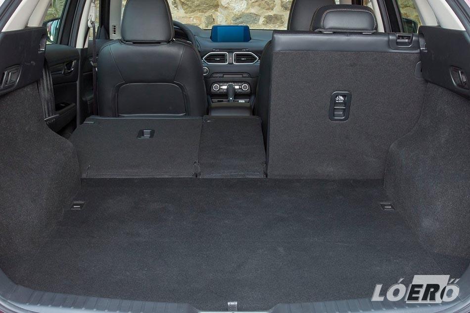A Mazda CX-5 2.0 padlótér alatti rekesszel számolt 506 literes csomagtere nem kiugró ugyan a kategóriában, de egy átlagos családnak bőven elegendő.