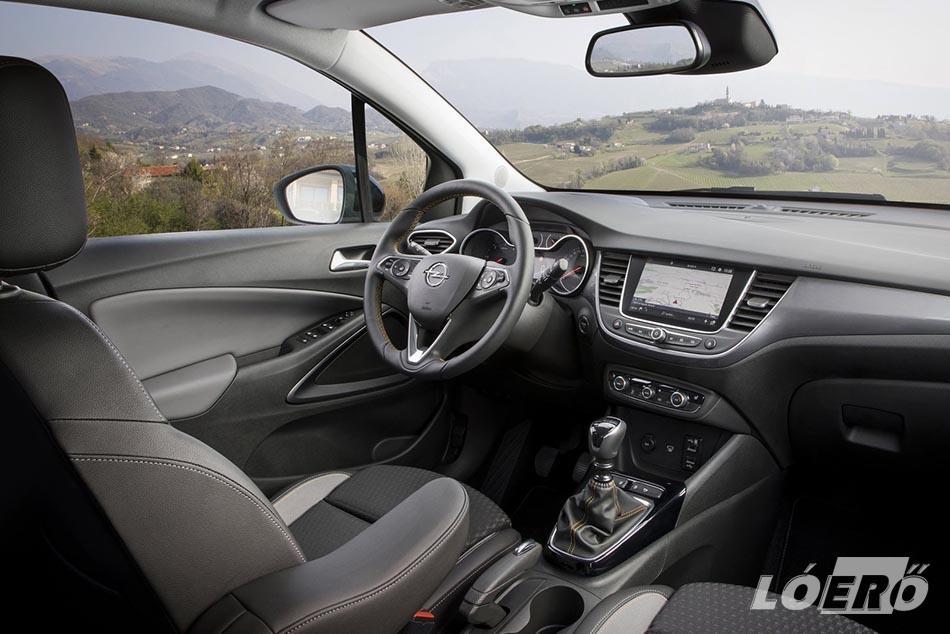 Belül már egyértelműen felfedezhető, hogy a tervezésbe a Peugeot szakemberei is beszálltak. Az ajtók borítása, kapcsolói, nyitói egy az egyben a francia márkától kerültek az Opel Crossland X teszt során nálunk járt modellbe.