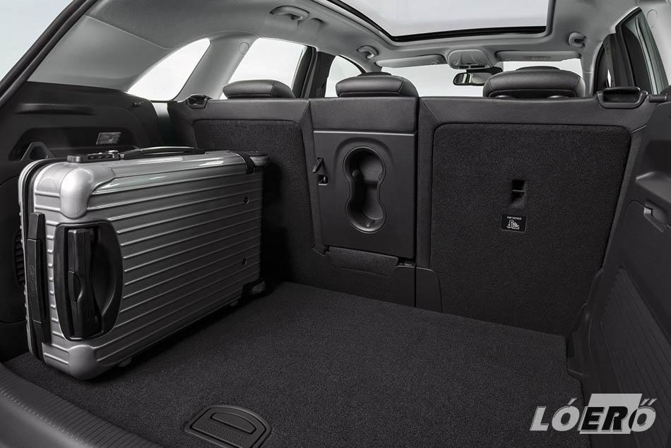 Ha úgy hozza az élet, akkor az Opel Crossland X méretek akár 810 literes pakolható teret is biztosítanak számunkra az üléstámlák lehajtásával.