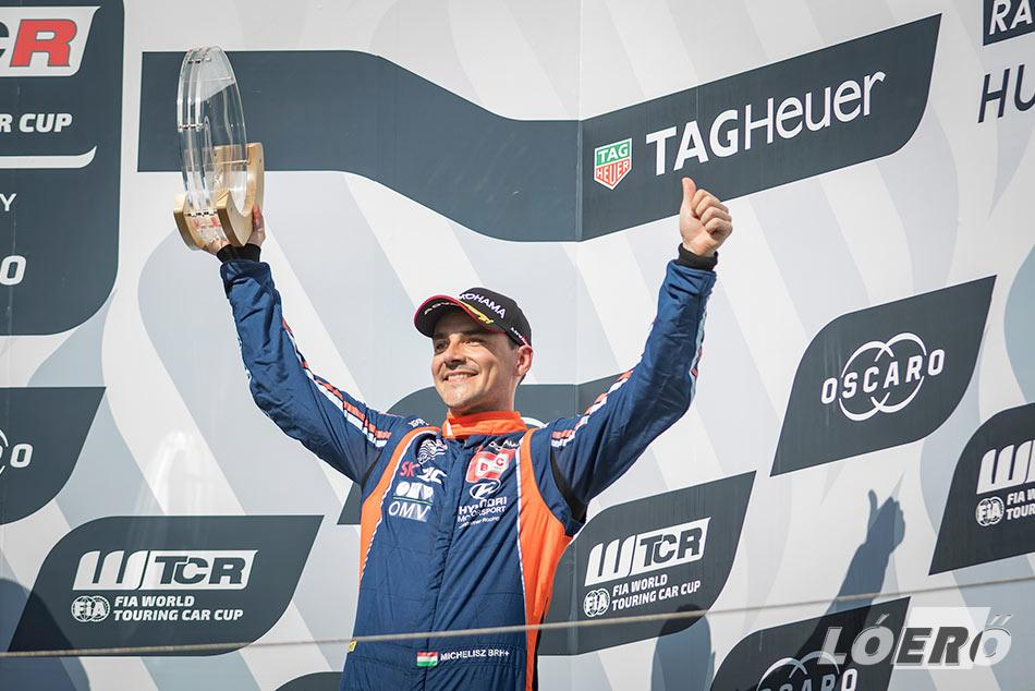 Michelisz Norbi kétszer állhatott a dobogón a WTCR Hungaroringen rendezett hétvégéjén, s az összetettben feljött a negyedik helyre két nagydíjhétvége után.