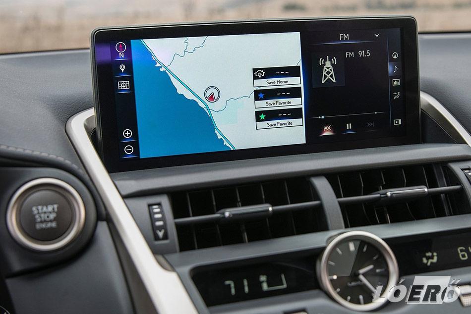 A Lexus NX 300h 10,3 colos navigációjának kijelzőjén könnyedén tájékozódhatunk, de a működése sajnos messze nem hozza a gyártó színvonalát.