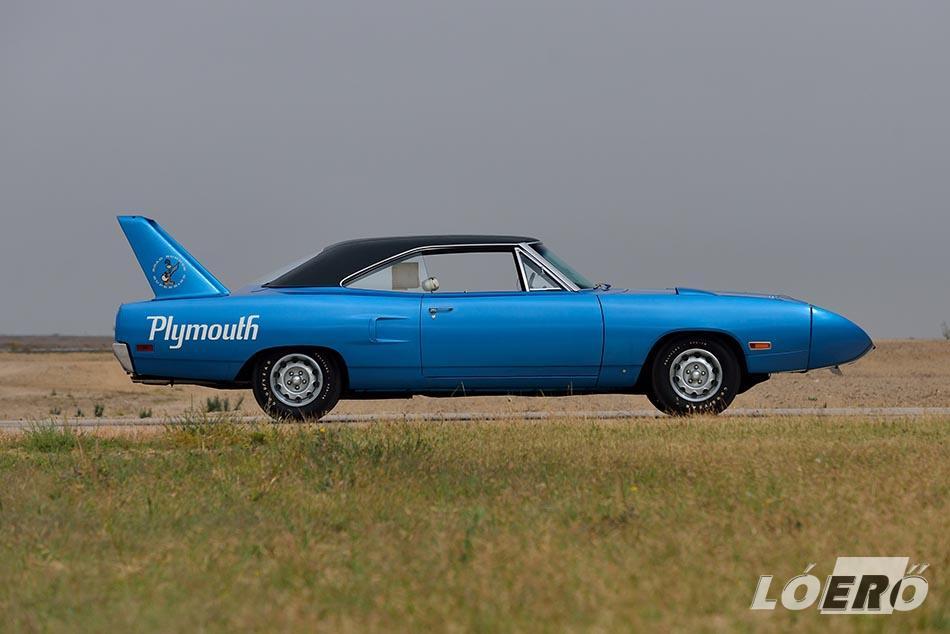 Az 5,6 méter hosszú, közel 3 méter tengelytávú, 1970-es gyártású Plymouth Road Runner Superbird.