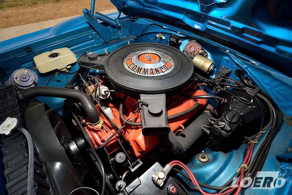 A Plymouth Road Runner Superbird Super Commando névre keresztelt erőforrása három duplatorkú karburátorral 390, négy szimplával pedig 375 lóerős volt.