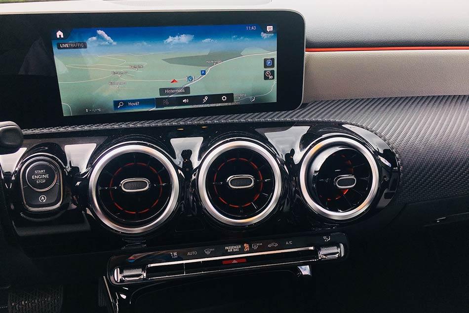 Az új Mercedes-Benz A-osztály belsőterének jó összképet tovább fokozzák a régi Merciket idéző szellőzőrostélyok is.