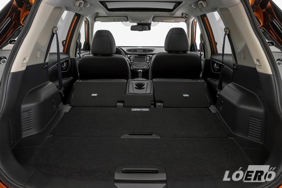 Megmaradt a kényelmes, tágas utastér, Nissan X-Trail méretek pedig a korábbi 550 helyett már 565 literes poggyászteret biztosítanak alaphelyzetben.