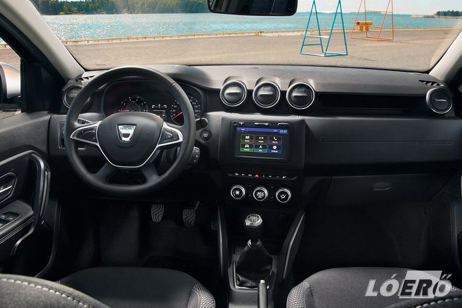 Dacia Duster tesztünk alanyának utastere divatosabb, komfortosabb lett, bár a sok és kemény műanyag továbbra is adott.