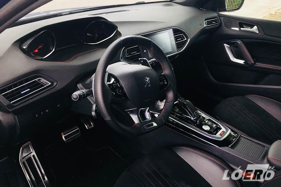 A Peugeot 308 SW 2.0 BlueHDi GT változatának sok krómmal, bőrrel és a piros varrással megspékelt belső terének minősége már csak egy kis lépésnyire van a prémiumosztálytól.