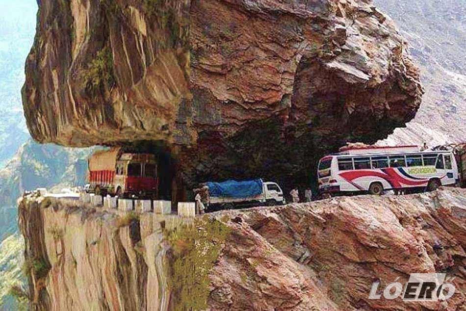 1995-ben érdemelte ki a világ legveszélyesebb útja címet, pusztán azért, mert életveszélyes áthaladni rajta. A helyiek is nemes egyszerűséggel csak El Camino de la Muerte, azaz Halálút néven emlegetik.