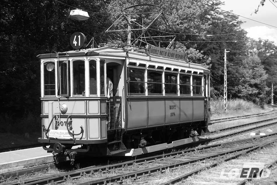Egy nosztalgia járat egy fős személyzettel, bár a maga korában egy régi villamos esetében még hárman látták el a szolgálatot. A kocsivezető, a forgalmista és a kalauz.