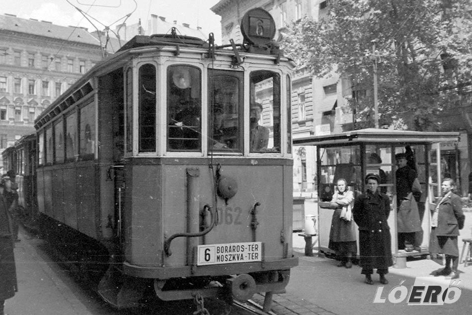 A jó öreg 6-os, melynél a régi villamos vonal még a Moszkva tér, vagy ahogy az 50-es évektől sokan nevezték, a Kalef és Boráros tér között volt kiépítve.