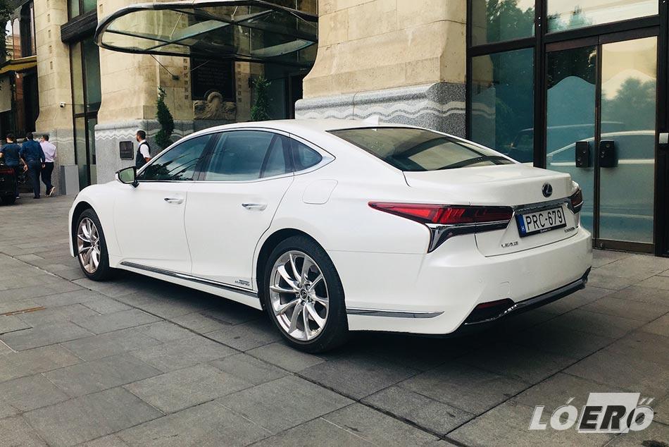 A külső- és belső formák egyaránt lelket melengetőek a Lexus LS 500h esetében.