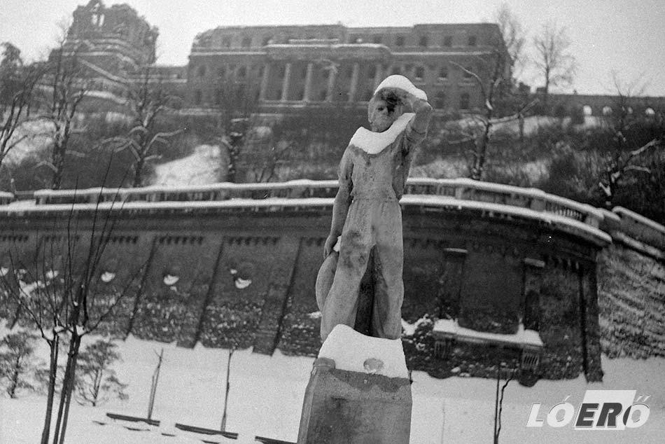 A távolba néző munkást ábrázoló harmadik nulladik kilométerkő szobor készítője Molnár László volt. A mű jelenleg a Rákoshegyi vasútállomás melletti kis parkban található.