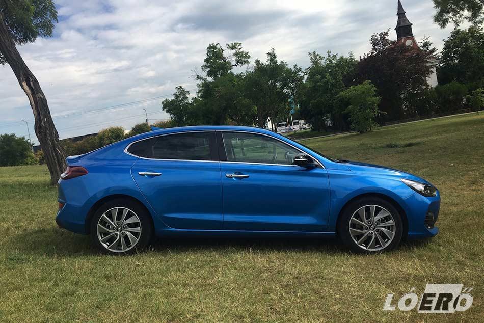 A Hyundai i30 Fastback teszt során próbált modell sportos, dinamikus, és stílusos képet mutat bármelyik irányból is nézzük.