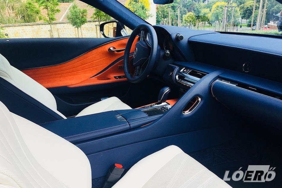 Ahogy a külső megjelenés, úgy a Lexus LC 500 interior sem hétköznapi.