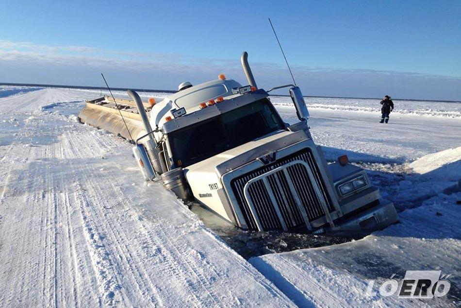 A természet nem ismer kegyelmet, hiszen legyen bármilyen különleges út is a Denison's Ice Road, mégiscsak egy tó tetejére épült.