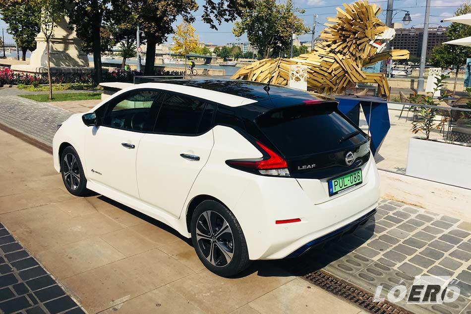 A Nissan Leaf 40 kWh formája valóban elüt a megszokottól, de napjaink egyhangúságában ez inkább csak hasznára válik.