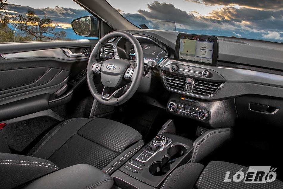 A Ford Focus 1.5 TDCi Titanium utastér esetében bárhova is nyúltunk, kellemes anyagokkal találkoztunk, a stílus és a színvonal abszolút európai.