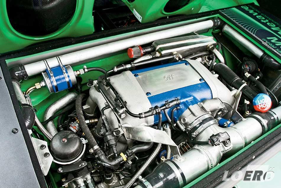 Az átalakított Porsche boxer 780 lóerőt és 310 km/órás végsebességet pakol a Volkswagen kisbusz alá.
