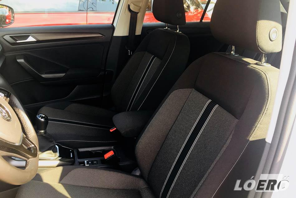 A VW T-Roc utastérben használt anyagok némileg gyengébbek a megszokottól, ellenben meglepően jól pakolható a csomagtér.