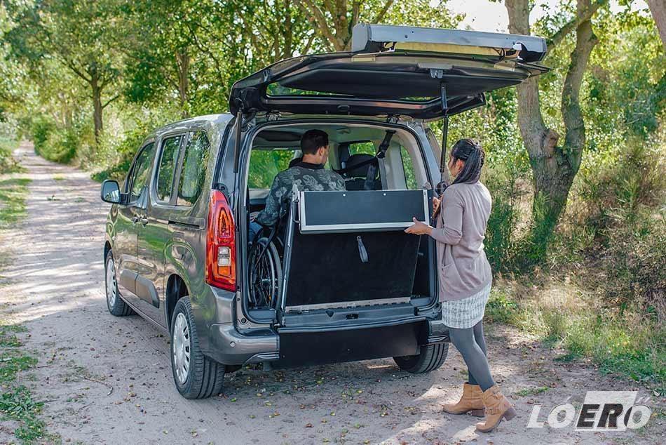 A gépjármű akadálymentesítése nagyszerűen segíti a kerekesszékes szállítás feladatát.