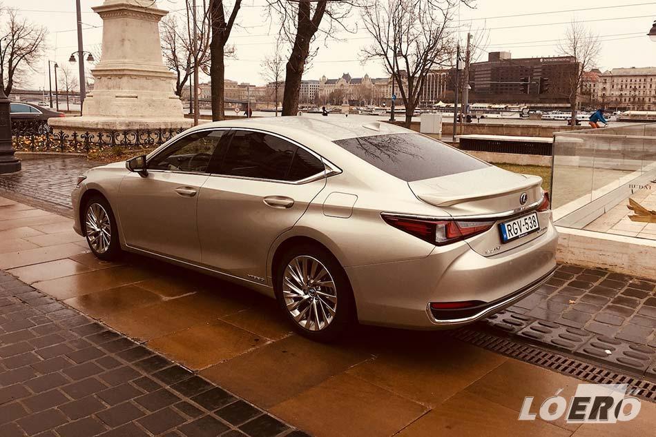 Egy majdnem öt méter hosszú kocsi esetében nem könnyű egyszerre sportos és elegáns fazont szabni, de az új Lexus ES 300h Luxury esetében a japánok ezt remekül megoldották.