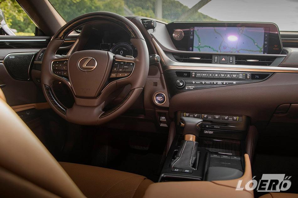 A Lexus ES 300h Luxury felszereltségű változatában valóban luxusautós környezetet teremtettek, rengeteg finom bőr és némi fa veszi körbe az utazókat.