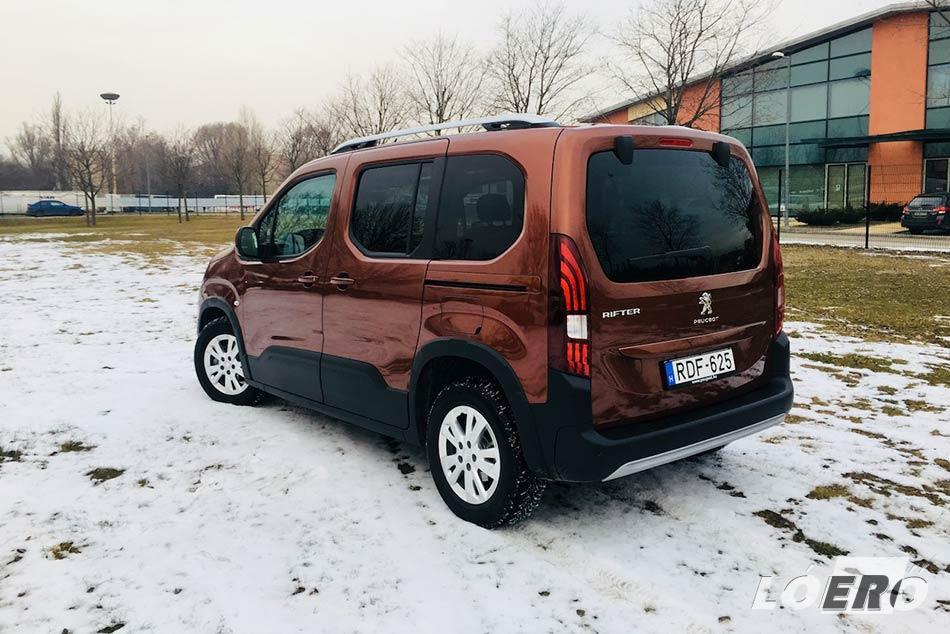 A külső forma és Peugeot Rifter méretek természetesen tükrözik az alapmodell kishaszon jellegét, de az ügyesen alkalmazott dizájnelemek ezt gyorsan feledtetik velünk.