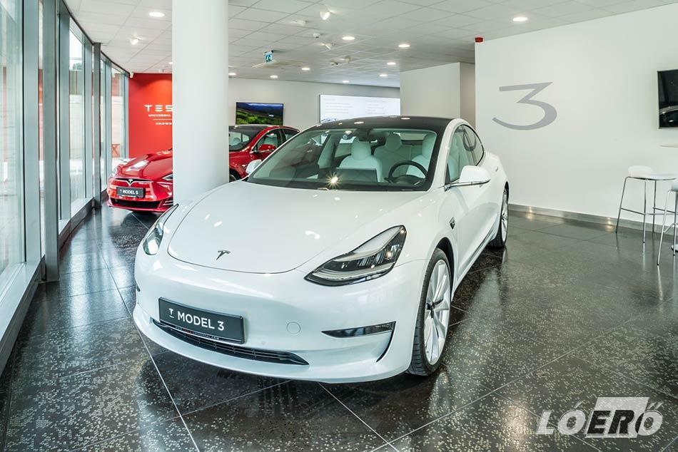 A budapesti Tesla szalon már itthon is lehetővé teszi a márka modelljeinek a beszerzését.