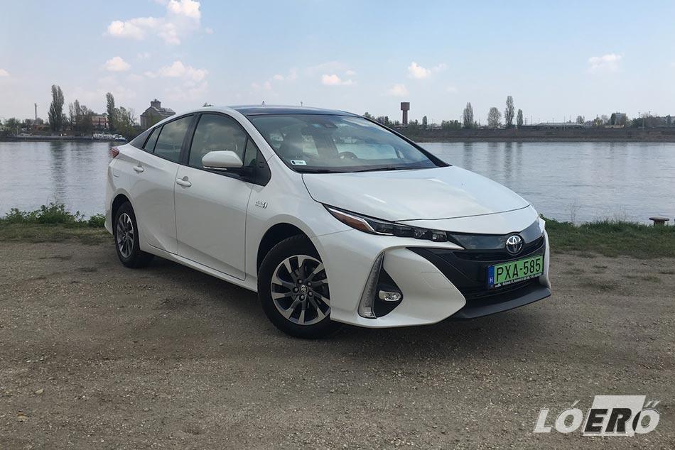 Nem a legszebb vonalvezetésű a Toyota Prius 1.8 Plug‑in Hybrid, de kell a jó légellenállás és a hely az akkumulátornak, ami ebben az esetben felülírja divatot.