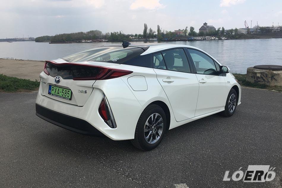 A Toyota Prius 1.8 Plug‑in Hybrid hátsója szintén vadul jövőszerű lett, de ennek ellenére, mégis könnyű megbarátkozni vele.