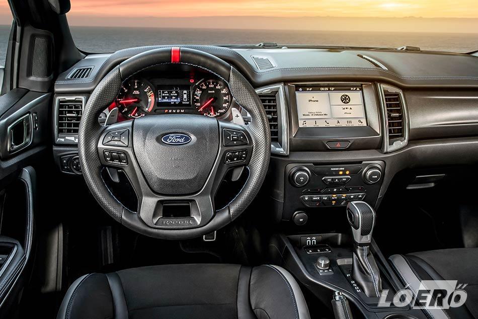 Szinte már személyautós kényelem honol a Ford Ranger Raptor utastérben.