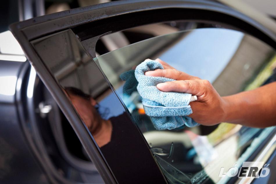 Az ablakok és a szélvédő víz nélküli tisztítása sem jelent problémát a megfelelő autóápolási szerek segítségével.