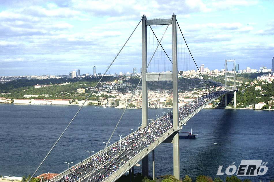 Az Eurázsia maraton kivételes napja, amikor a Boszporusz híd gyalog is használható.