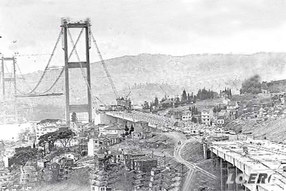 A közel 200 millió dollárba kerülő Boszporusz híd építése 1970-ben kezdődött több száz építőmunkás részvételével.