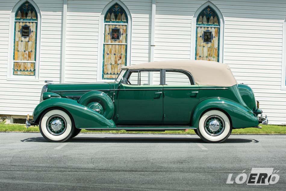 A Buick Roadmaster klasszikus formája leginkább az amerikai gengszter filmekből lehet ismerős.
