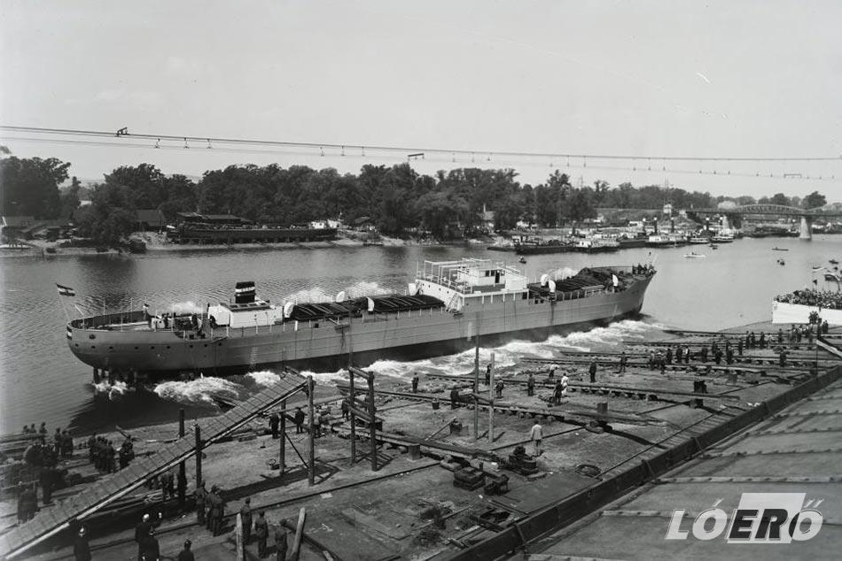 A Kassa hajó vízrebocsátása a hajógyárban.