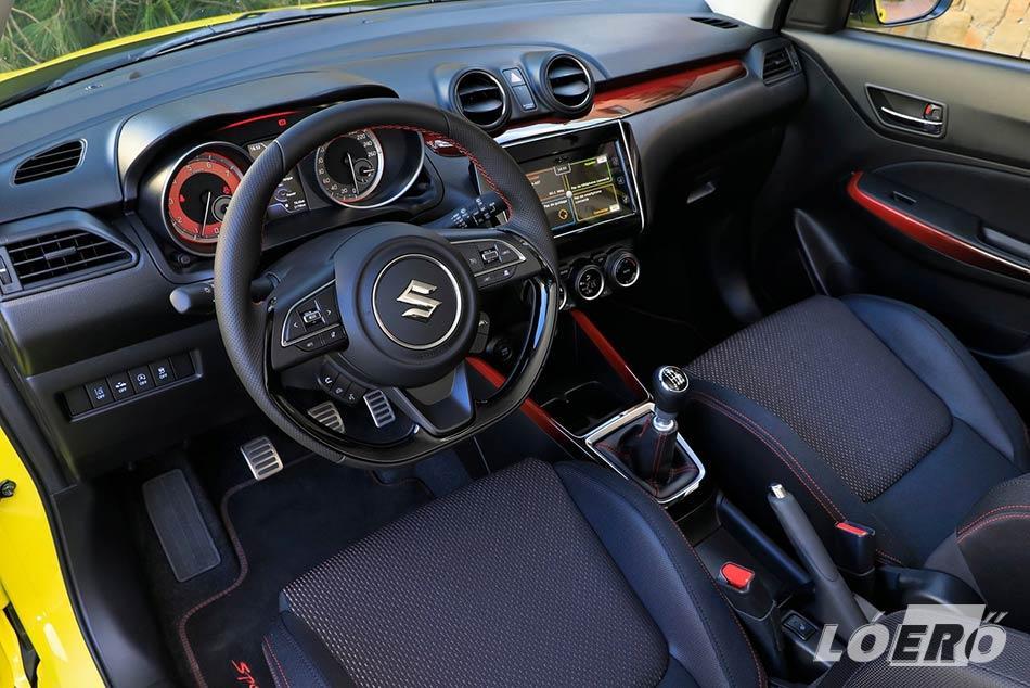 A sportos, fiatalos, vidám belső tér szintén jól sikerült a Suzuki Swift esetében. Szerencsére nem estek túlzásokba a tervezők, pont annyi amennyit ízlésesen elbír az autó.