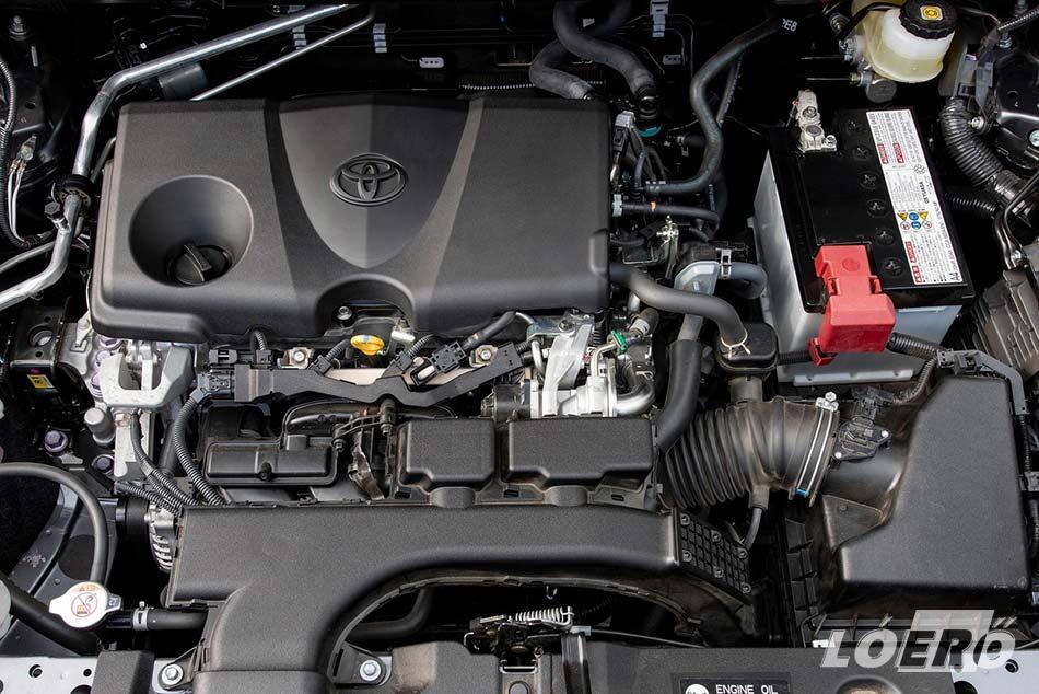 Bár a hybridnek nyilván jobbak a paraméterei, de a Toyota RAV4 2.0 benzin üzemagyaggal hajtott 175 lovas motorja is jól produkált a maga 8-9 literes fogyasztásával és tíz másodperces gyorsulásával.