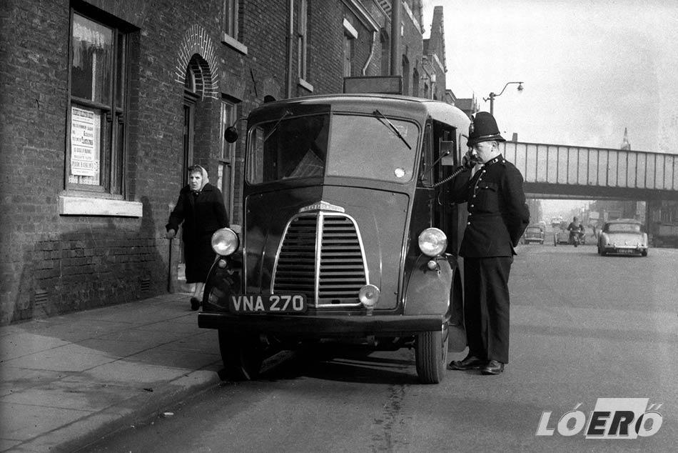 Az autótolvajok elleni közdelemben, az akkoriban még gyermekcipőben járó technológiával, a rádióval is felszerelték a rendőrséget.