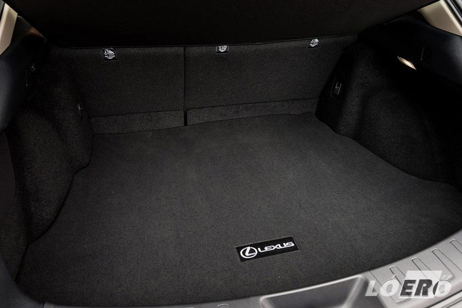 A leggyengébb láncszem. Az UX 2.0 250h F Sport 320 literes csomagtartója nagy pakolást nem igazán enged számunkra.