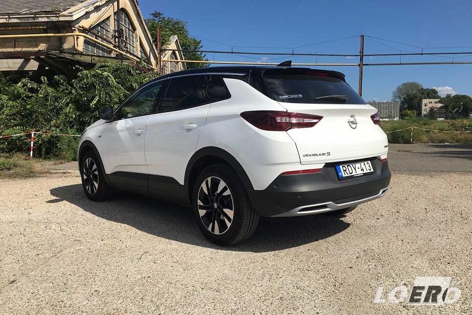 Az Grandland X az egyik legjobban eltalált formájú modell ma az Opel palettáján, de az összhatáson tesztautónk színkombinációjának is sikerült még egy nagyot dobnia.
