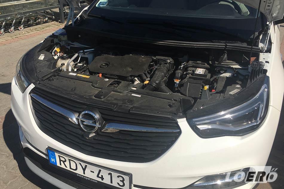 Az Opel Grandland X 1.5 Diesel motorja kimondottan nyugodt, kiegyensúlyozott járású, ami az 5.2 literes fogyasztással párosulva is az egyik legjobb választás lehet ehhez a kasztnihoz.
