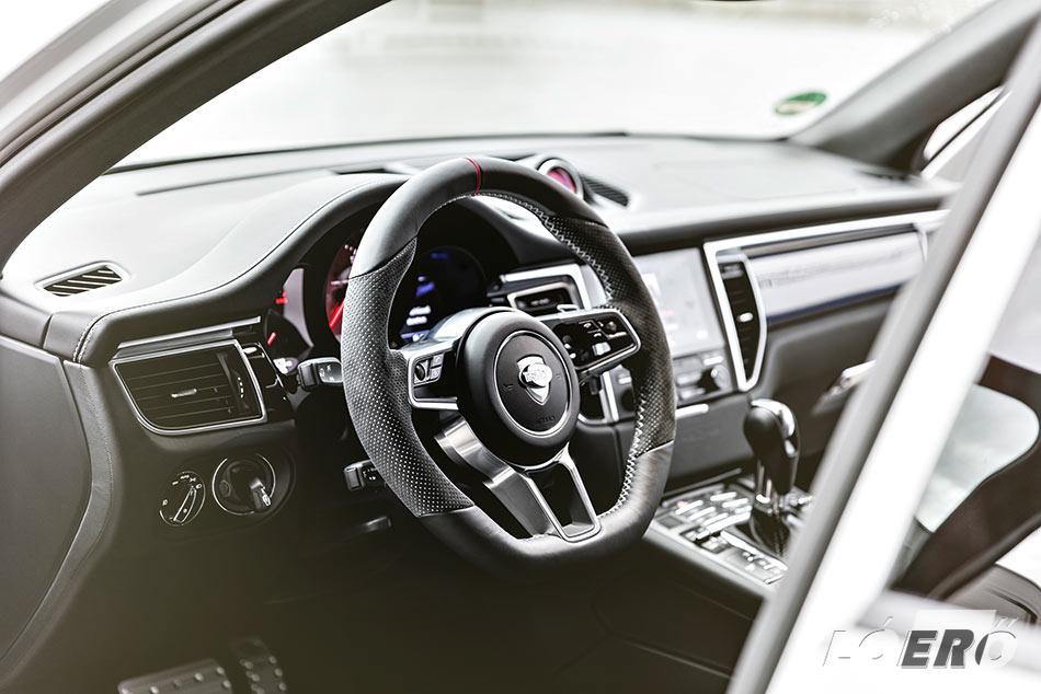 A Porsche terepjáró utasterébe gyakorlatilag bármi berendelhető, a techartosok szinte mindent megoldanak.