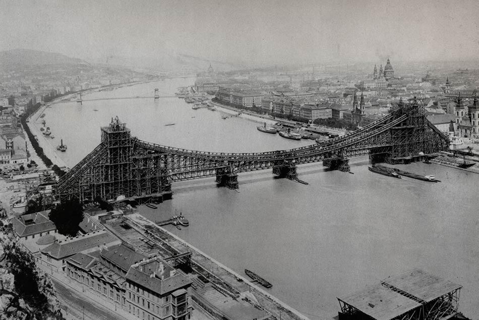 A régi Erzsébet híd építése során felállított ideiglenes állványszerkezet egy 1900-ban készült fényképen.