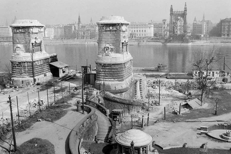 A második világháború pusztítását sajnos a régi Erzsébet híd sem kerülhette el. 1945-ben a németek több más dunai átkelővel együtt ezt is felrobbantották.