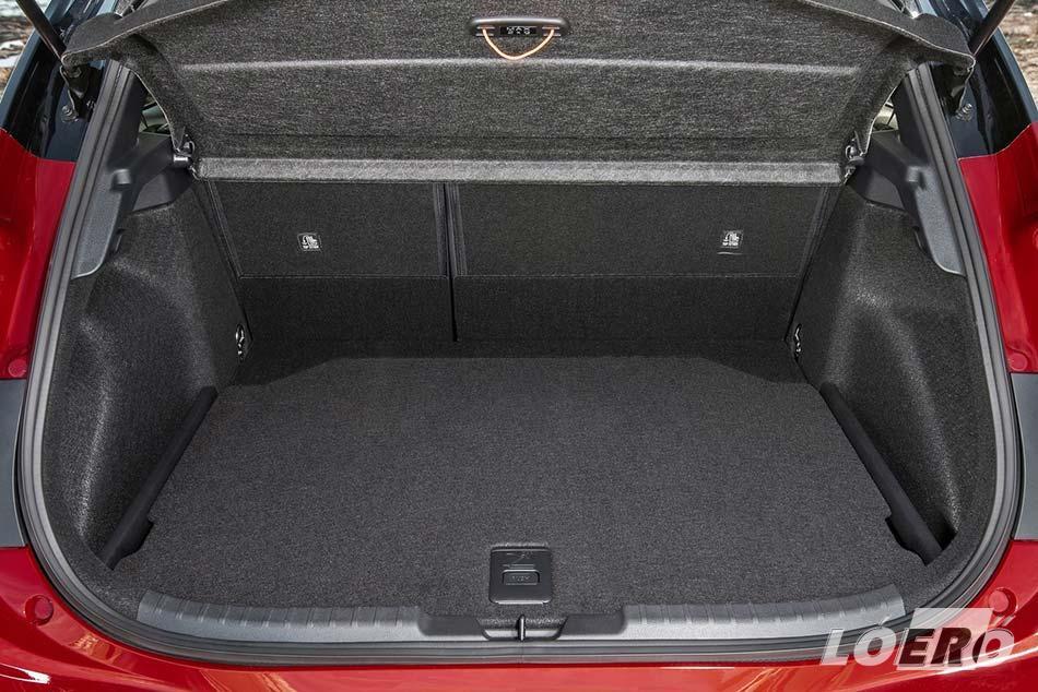 A Corolla hybrid szűkös csomagtartója szintén nem a családi autó jelleget erősíti, de hát az akkumulátornak kell a hely.