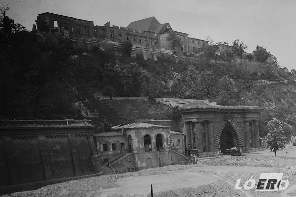 A háború pusztítását a budai sikló is megsínylette, a felső, utasokat fogadó épületet gyakorlatilag földig bombázták.