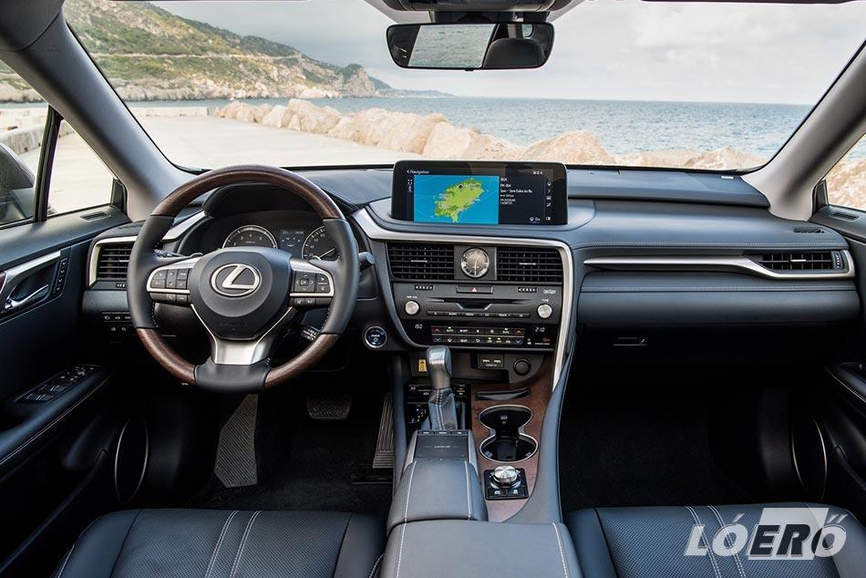 A Lexus RX 450H 2020-ban is hozza minden valószínűséggel a már jól megszokott prémium minőséget, mind külsőségeiben, mind a kényelmi szempontok tekintetében.